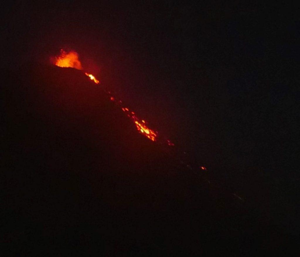 Blick vom Acatenango-Vulkan auf den Feuervulkan in Guatemala