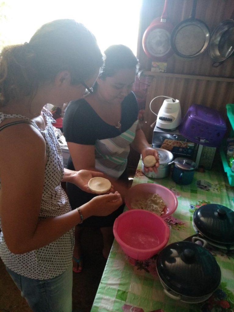 In El Salvador zeigt uns Raquel wie man Tortillas zubereitet