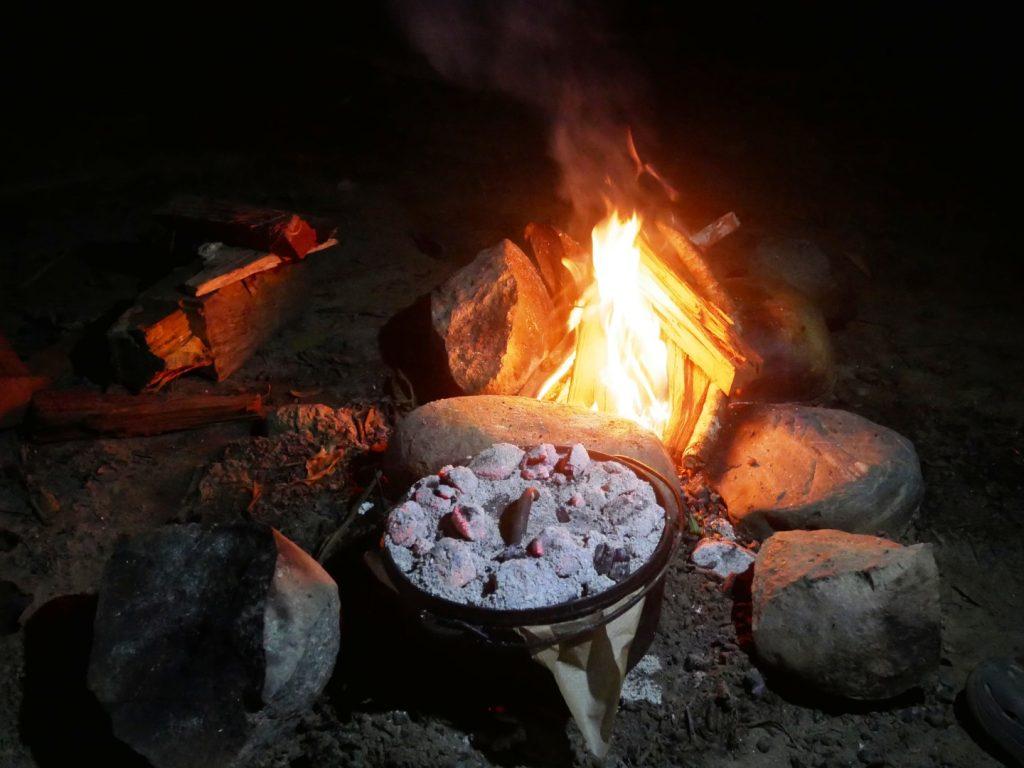 Backen im Dutch Oven, in Kolumbien gibt es viele schöne Plätze die zum Lagerfeuer einladen