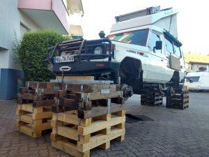 Toyota Land Cruiser auf Holzböcken
