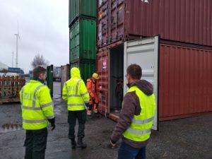 Container ausladen in Hamburg, nach Durchleuchten des Containers kommt trotzdem der Zoll vor Ort